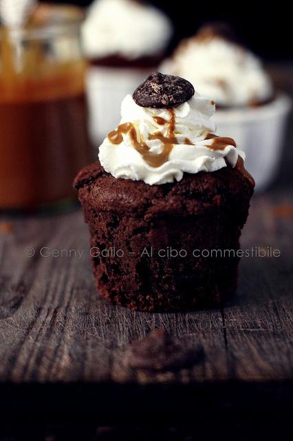 Cupcakes al caramello e cioccolato by Genny G., via Flickr