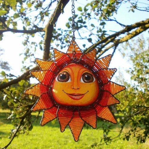 Celoroční  dekorace jenž vám zajistí neustálý dostatek sluneční záře ;) Slunce má drátované paprsky ve dvou řadách ,vypletené jsou perličkami preciosa v odstupňovaných tónech tmavě červené,světlejší červené a oranžové.  Tvář sluníčka je namalovaná akrylovými barvami a přelakovaná.  K sluníčku dodám i ručně dělaný 60 cm dlouhý,pevný řetízek a háček,aby se popřípadě dalo snadno zavěsit na garnýž.  Sluníčko má průměr necelých 16 cm a na výšku měří cca 3 cm
