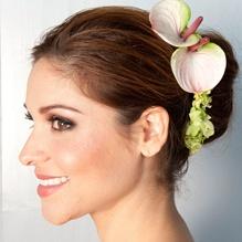 Flowers. Bloemen. 2 lichtroze anthuriums in het haar.  Bruiloft. Wedding.