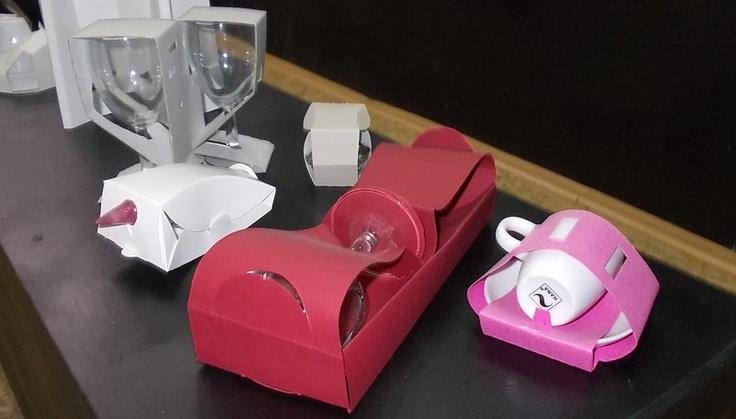 """Projekty studentów prezentowane podczas wystawy """"Czarujemy opakowaniami""""."""