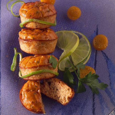 Pour 20 bouchons 180 g de thon au naturel égoutté 50 g de concentré de tomates 60 g de crème fraîche épaisse 90 g de gruyère râpé 4 oeufs Sel, poivre Persil 30 g d'oignons hachés