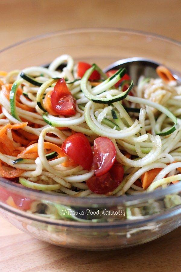 Tasting Good Naturally : Venez découvrir cette recette de spaghettis de courgettes / carottes en salade, un plat rafraîchissant et délicieux pour l'été ! #vegan