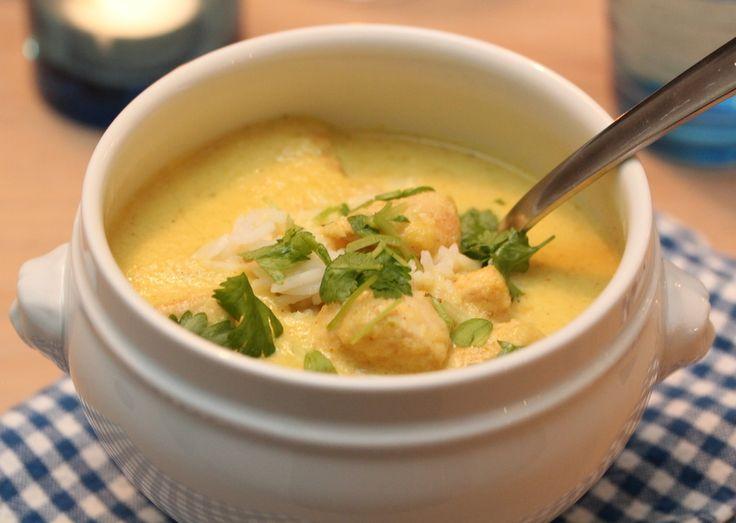 En varmende suppe smaker ekstra godt når minusgradene kryper både 10 og 20 hakk nedenfor frysepunktet. Dette er en ny vri på blomkålsuppen, som tas til nye høyder med karri, og tilsettes kyllingfilet for å få den til å mette litt mer.
