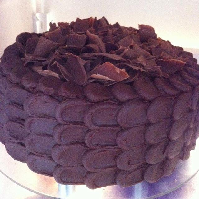 Esse chocolatudo foi para o meu pai ❤️ ➡️massa de chocolate com recheio de creme de Nutella e cobertura de ganache de chocolate 1/2 amargo, e para finalizar raspas de chocolate belga ❤️❤️ é muito amor envolvido! #doces #vanessisses #bolodechocolate #bolos