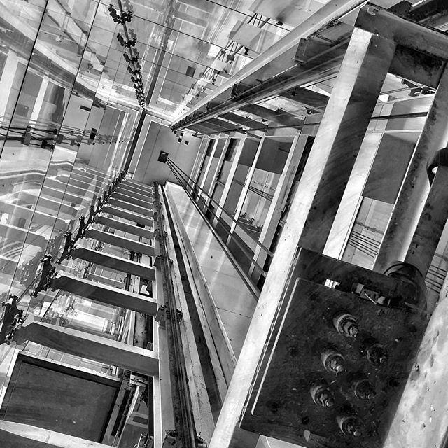 Ascensores... #madrid #places#lugares #people#gente#urbanscenes #escenasurbanas #monocromo #architecture #arquitectura #igersmadrid_bn #building #edificio #elevator @huaweimobileesp