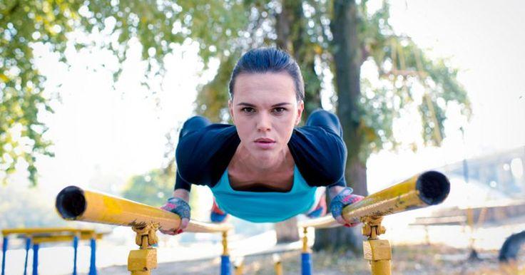 Как правильно тренироваться в жару, «Здоровью Mail.ru» рассказал фитнес-тренер, двукратный чемпион России по легкой атлетике, автор международной фитнес-программы Super 5 Александр Мироненко.Три …