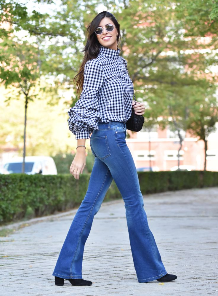 midilema.com   Gingham top   Claudia Peris is wearing SheIn gingham blouse with frilly sleeves, Zara flared jeans, El Corte Inglés black bag, Wolfnoir sunglasses, Aristocrazy bracelet, Stradivarius black heeled ankle boots.