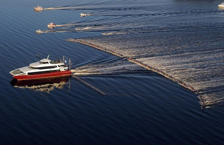 Um único barco carregando 145 esquiadores