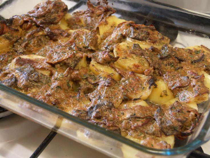 Teglia di patate e funghi gratinati. Questa è una ricetta salvatempo che può essere preparata in anticipo e poi infornata il giorno successivo. È un ottimo secondo...
