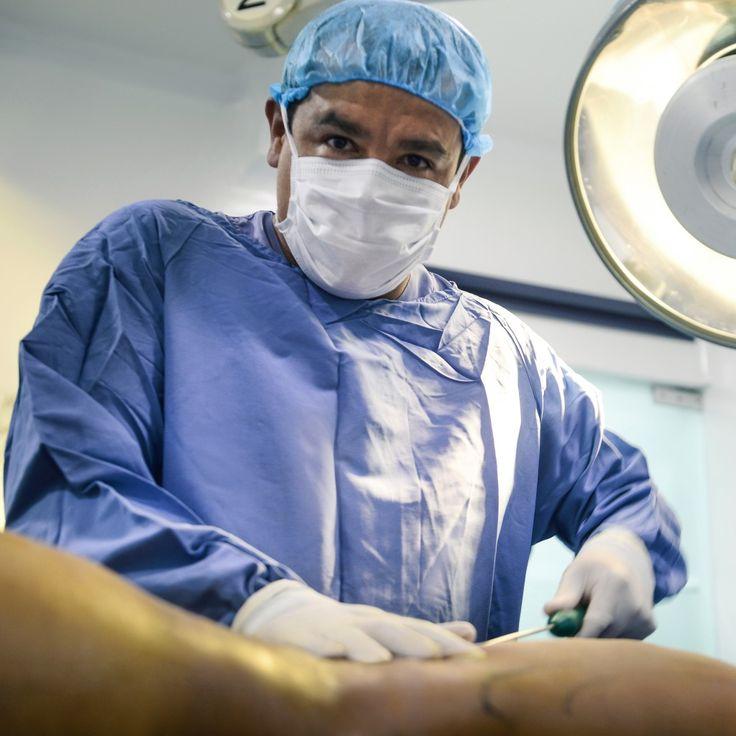 """Foto durante  #abdominoplastia o #lipectomiaabdominal  en está intervención mediante una incisión por encima del pubis, vamos a  realizar:  a.  Reparación de la pared muscular lo cual se denomina popularmente """"CORSE DEL ABDOMEN o TRIPLE AMARRE """"  O #CORSEMUSCULAR esto nos  permitirá DISMINUIR  CENTÍMETROS IMPORTANTES DEL DIAMETRO DE LA CINTURA.  PRODUCIENDO UNA  #CINTURA MARCADA O  PEQUEÑA.  b.  Retiro del exceso depósitos grasos , OTORGANDO UN ASPECTO PLANO  AL ABDOMEN LIBRE DEPÓSITOS…"""