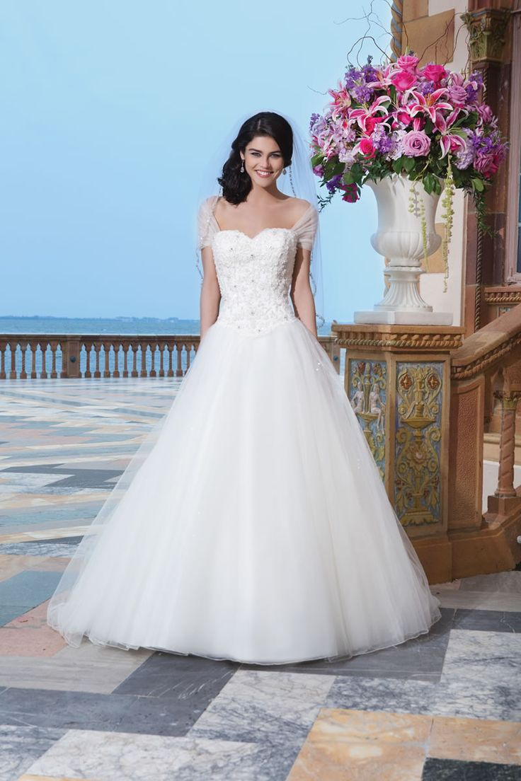9 dreamy dresses for princess brides from Sincerity - Style 3840