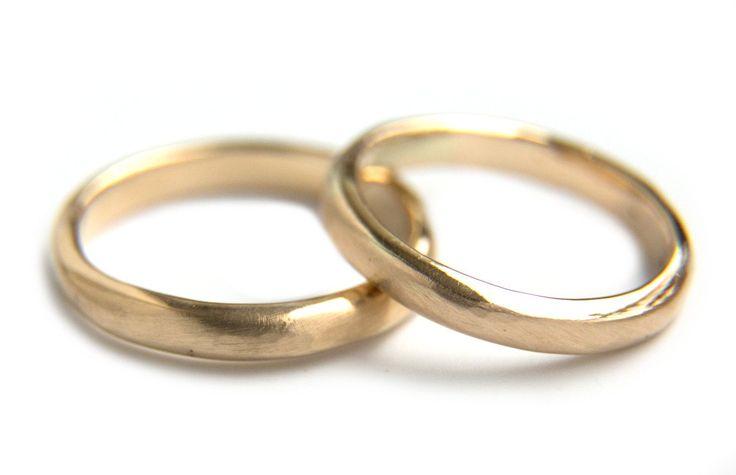 Handgemaakte en fairtrade trouwringen van gehamerd goud