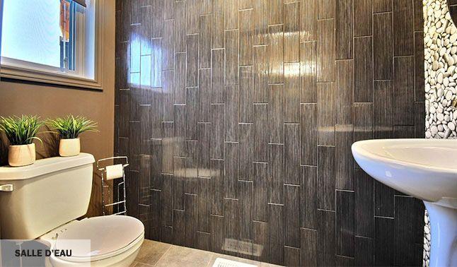 Salle de bain feutrée et chaleureuse.