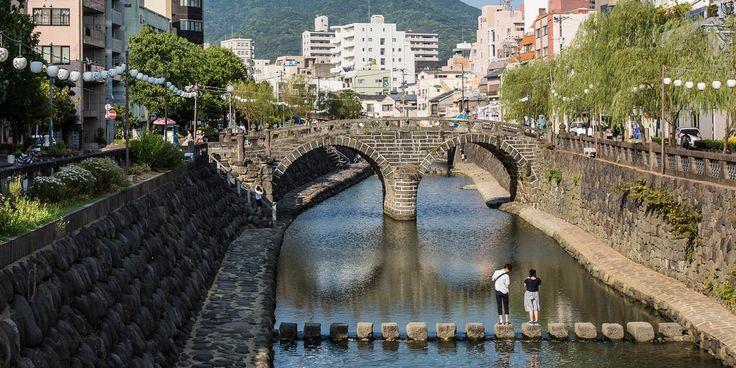 La zona del río Nakashima es la zona de los puentes de Nagasaki. Aquí encontramos el puente Megane-bashi, el puente de arco de piedra más antiguo de Japón.