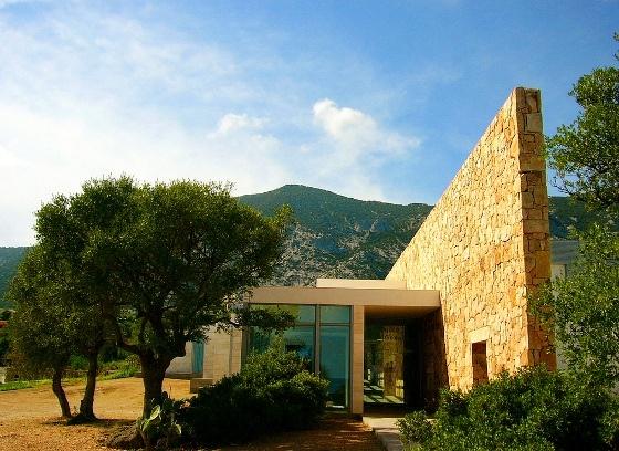 ACQUARIO DI CALA GONONE Un grande esempio di tecnologia e integrazione architettonica nella costruzione di un acquario tra il mare e la montagna della Sardegna.