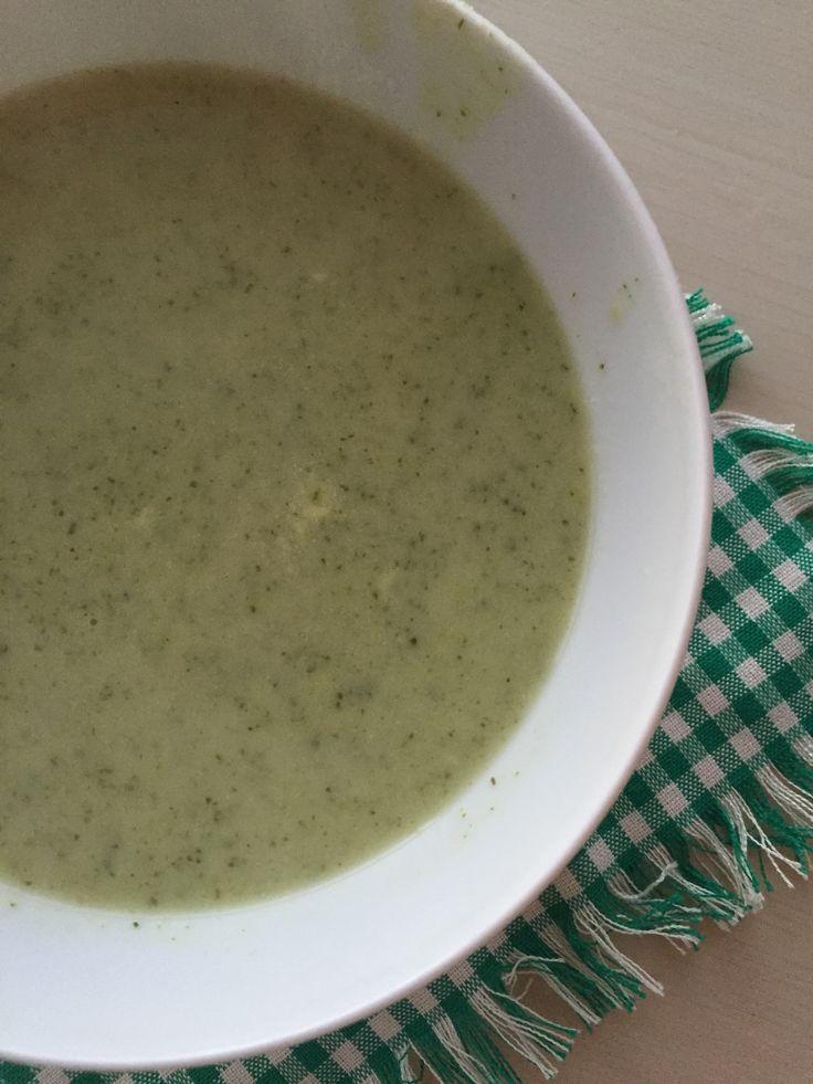 Çok sevdiğimiz ve sıklıkla yaptığım çorbalardan birisi brokoli çorbası. Ve benim iki klasik tarifim var bunlardan birisi sütlü olanı diğeri de patatesli sarımsaklı yaptığım farklı bir tarif. Onu sonraya bırakıyorum :) Sütlü olan klasik ve çok sevilen bir brokoli çorbası. Çorbanın yapımı çok pratik bütün malzemeleri koyun düdüklüye ya da tencereye oldu da bitti :) …Tarifi Göster