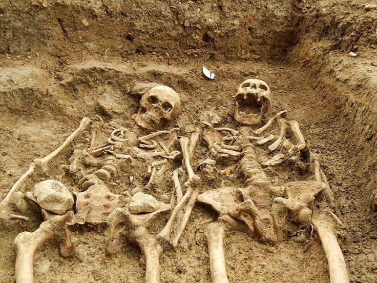 Si sono tenuti mano nella mano per 700 anni. La coppia di scheletri è stata ritrovata nel Leicestershire, in Gran Bretagna. I due corpi sono stati sepolti nella misteriorsa Cappella di St Morrell a Hallaton, luogo di pellegrinaggio di Hallaton nel XIV secolo, di cui si hanno tracce solo in un
