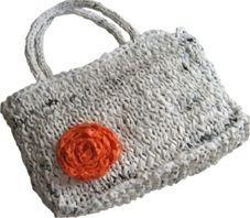 Sacolas plasticas recicladas. Cortadas em tiras e organizadas em novelos, é possível tricotar ou crochetar uma infinidade de coisas...