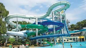 Ook een zwembad voor iedereen! Voor de kinderen leuke glijbanen.