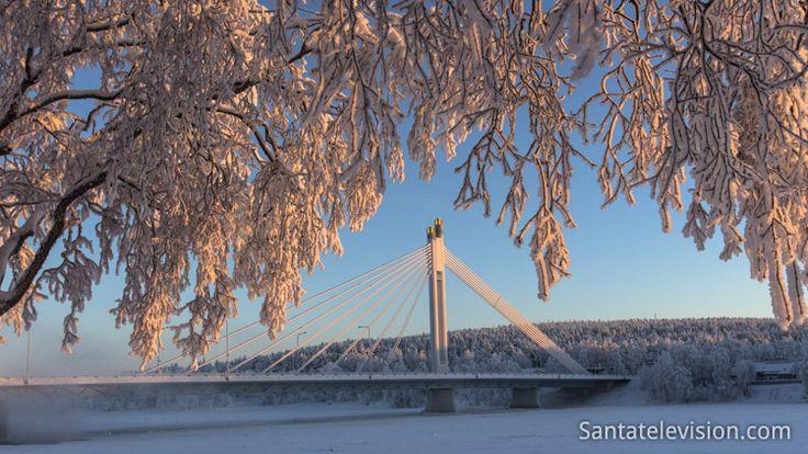 """Winterzeit in Rovaniemi und die """"Lumberjack's Candle Bridge"""" im Zentrum der Stadt."""