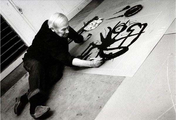 Joan Miró. Joan Miró travaillant sur une plaque de zinc I, 1971, 24 x 30 cm.