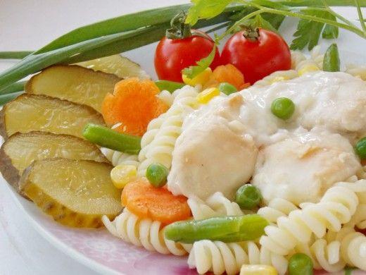 Курица под соусом бешамель Попробуйте куриное филе под соусом бешамель – блюдо изысканное и нежное. И не поддавайтесь искушению упростить рецепт, заменив бешамель сметанной подливкой на скорую руку.