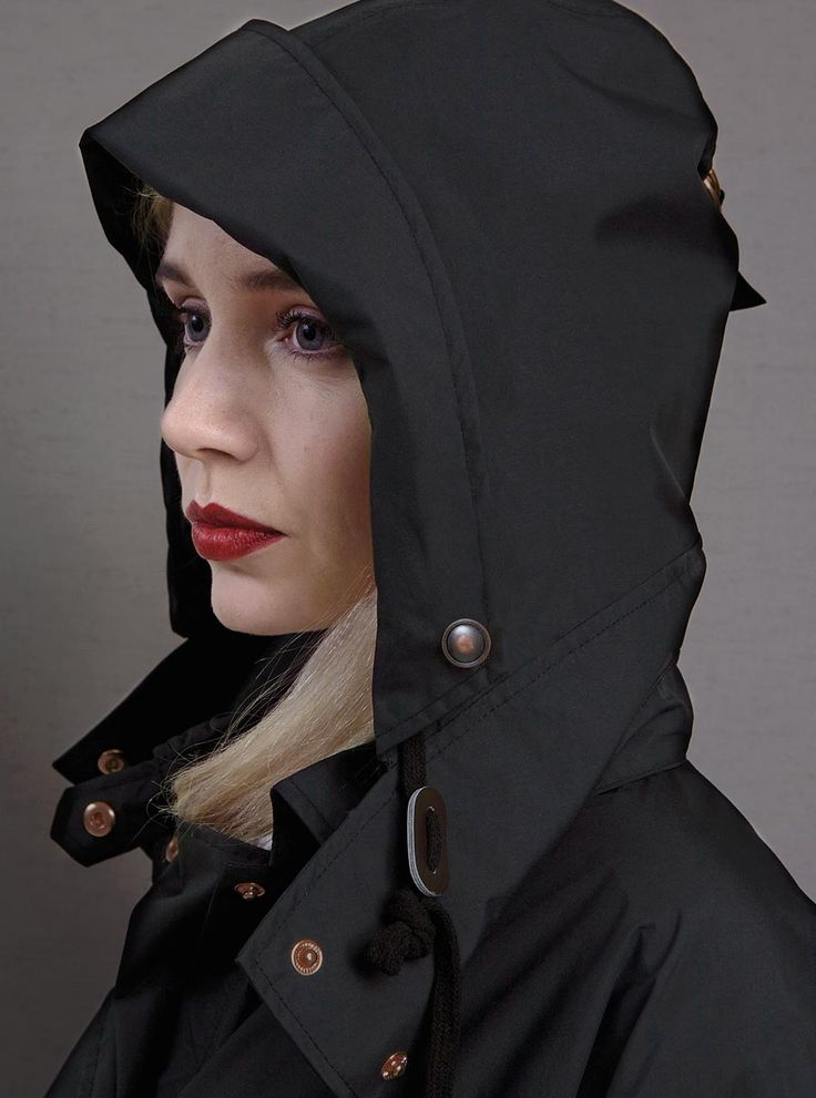 WATERDICHT Amsterdam  Straincoat Cape, stylish raincoat  The Straincoat Cape, designed in Amsterdam and produced in Portugal, is made out of waterproof and breathable materials of the highest quality.