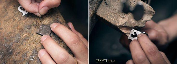 Ręczne wykonanie zawieszki ze złota.