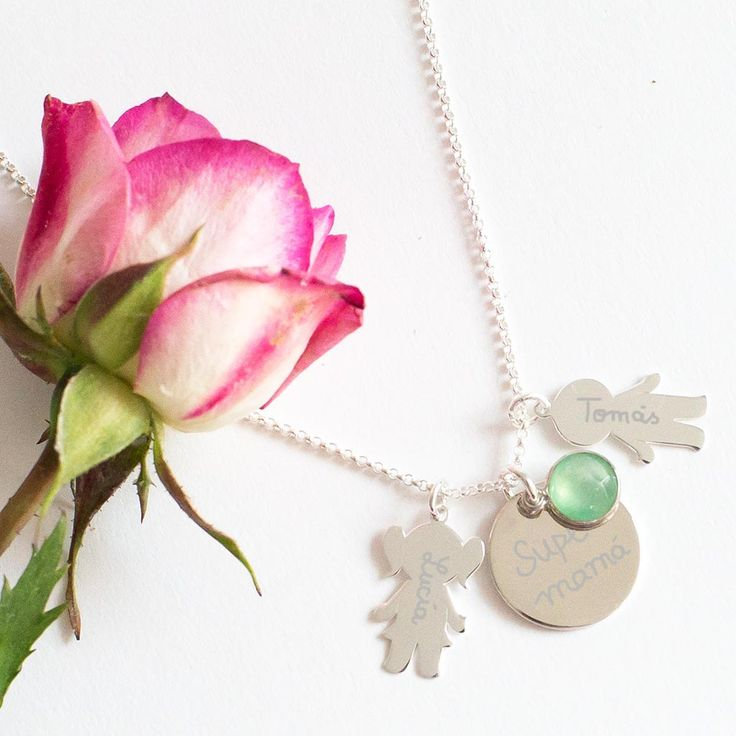 Joyas de plata grabadas para madres. Collar de plata con medalla y siluetas grabadas con el nombre de los hijos. Regalos personalizados.