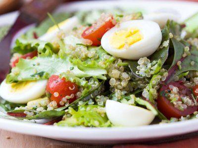 Ensalada de Quinoa con Huevo Duro | Si buscas una opción saludable y rica para comer, prepara esta deliciosa ensalada de quinoa y huevo que puedes disfrutar a cualquier hora del día. Es una opción fresca, sana y muy rica.