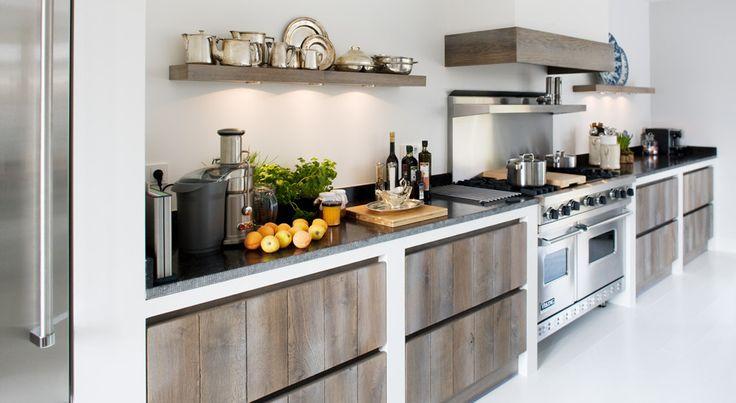 Leuke combinatie van wit/-beton - eikenhout - belgisch hardsteen en stoer fornuis!
