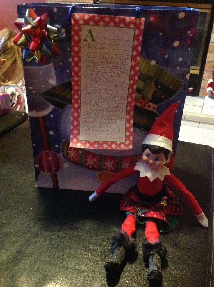 25 décembre: Surprise! Notre coquine de lutin a demandé la permission spéciale du Père Noël pour rester une journée de plus afin de voir Amélie ouvrir ses cadeaux!