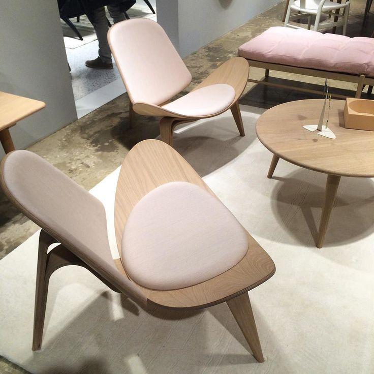 Классическое кресло Ханса Вегнера Shell Chair впервые представленное в 1963 году в лимитированной серии и запущенное в серию в 1998 году в этом году представлено в ткани зефирно-розового цвета #isaloni#isaloni2016#salondelmobile #milan#milano#designweek#design#furniture#furnituredesign#исалони#мебель#дизайнмебели#дизайн#carlhansen#hanswegner#shellchair#ch07 by furniture_design_stroganovka