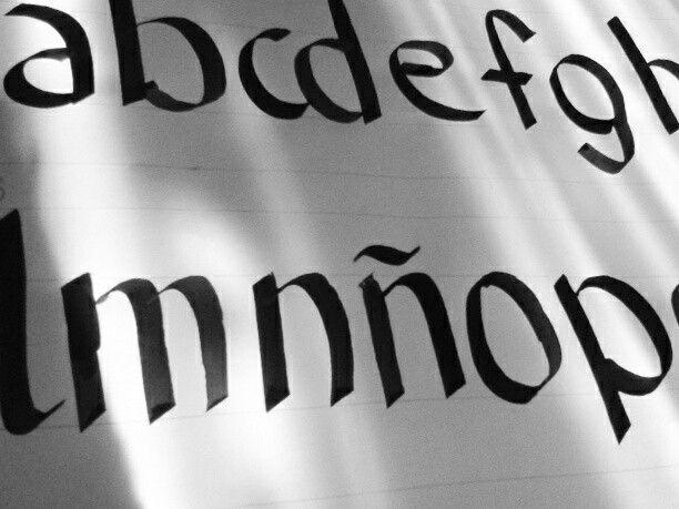 Primeras pruebas de caligrafia. Pluma chata numero 5 a 45 grados
