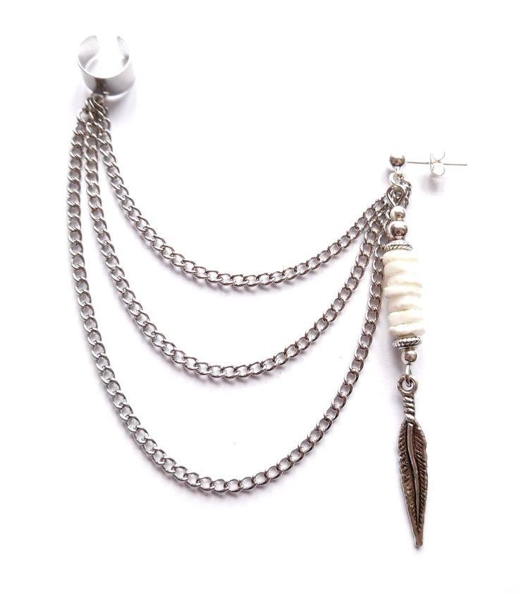 Ear cuff i silverplätering med kedjor och vita heishi pärlor av snäckskal.