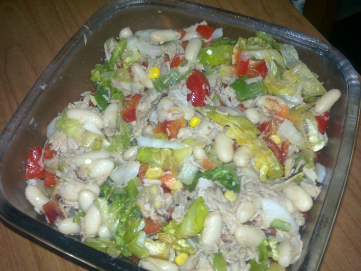 ... Bean salad with red and green peppers, lettuce, onion, tuna and Panis