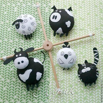 """Развивающие игрушки ручной работы. Ярмарка Мастеров - ручная работа. Купить Черно-белый мобиль на кроватку для новорожденного """"Ферма"""". Handmade."""