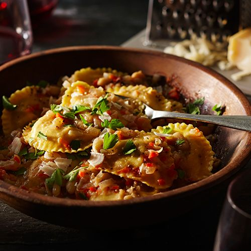This satisfyingly hearty, quick and creamy sauce of white wine, broth, veggies and white beans allows the delightfully bold and enticing flavours of PC black label Puttanesca Mezzelune stuffed half-moon shaped pasta to shine through.