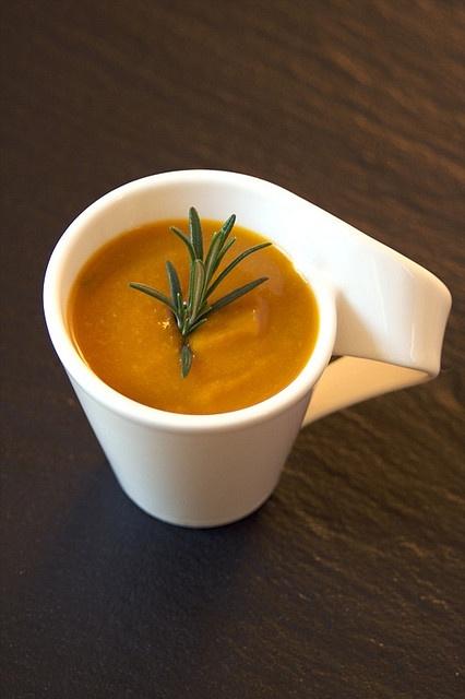 """Zuppa con curcuma. Tagliare una cipolla media, uno spicchio d'aglio e farli rosolare a fuoco basso, aggiungere 2 cucchiai di curcuma e uno di polvere di cumino, lasciare friggere 5 minuti. Aggiungere un pomodoro tagliato a tocchetti, una scatola di ceci e del prezzemolo tritato, ricoprire quanto basta di acqua e cuocere per 20 minuti. Togliere dal fuoco e frullare. Questa zuppa è straordinaria """"antinfluenza""""La curcuma tiene l'intestino pulito. Il cumino invece aiuta in problemi di…"""