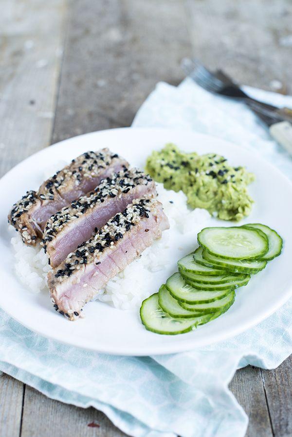 Verse tonijn met sushirijst en avocadocreme | via BrendaKookt.nl