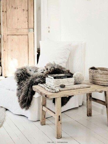 Mooi sfeertje met de linnen stoel, het oude houten bankje en de bont plaid