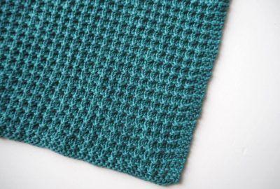 """Gratis opskrift! Vi skyder weekenden i gang med en lille opskrift på en strikket karklud i mønstret """"Daisy stitch"""". Det giver en rigtig dejlig karklud, som er nem at vride. God strikkelyst! 🙂 Materialer: Garn: 50g Alba eb05 Pind: 4(evt. pind 3½, hvis du strikker meget løst) Størrelse: 30x 30..."""