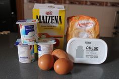 Tarta de queso y yogurt en tan solo 14 minutos microondas 3 yogurt natural 3 huevos Una tarrina de queso de untar tipo philadelphia (250 gr) Una cucharada de Maizena 3 cucharadas de azúcar Para el caramelo 3 cucharadas de agua 4 cucharadas de azúcar