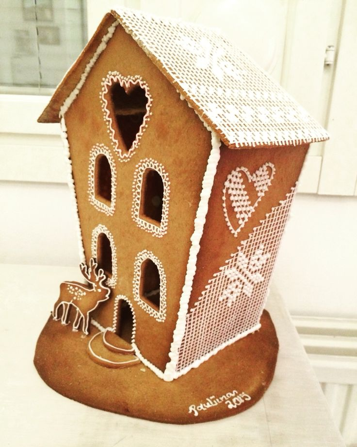 Gingerbread house with cross stitch royal icing decoration. Piparitalo ristipistokoristeluilla.