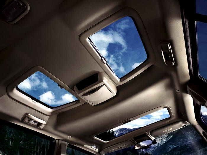 Jeep Commander Limited 5.7L HEMI  My kids view from the back seat