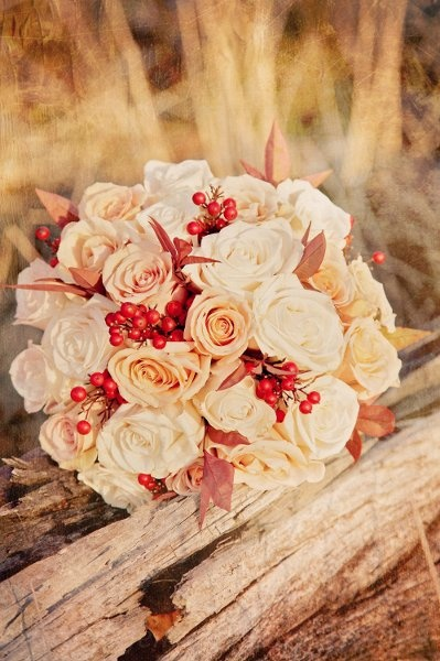 Alternative To Rose Garden: Alternative Berry Bouquet With Cream And Peach Roses