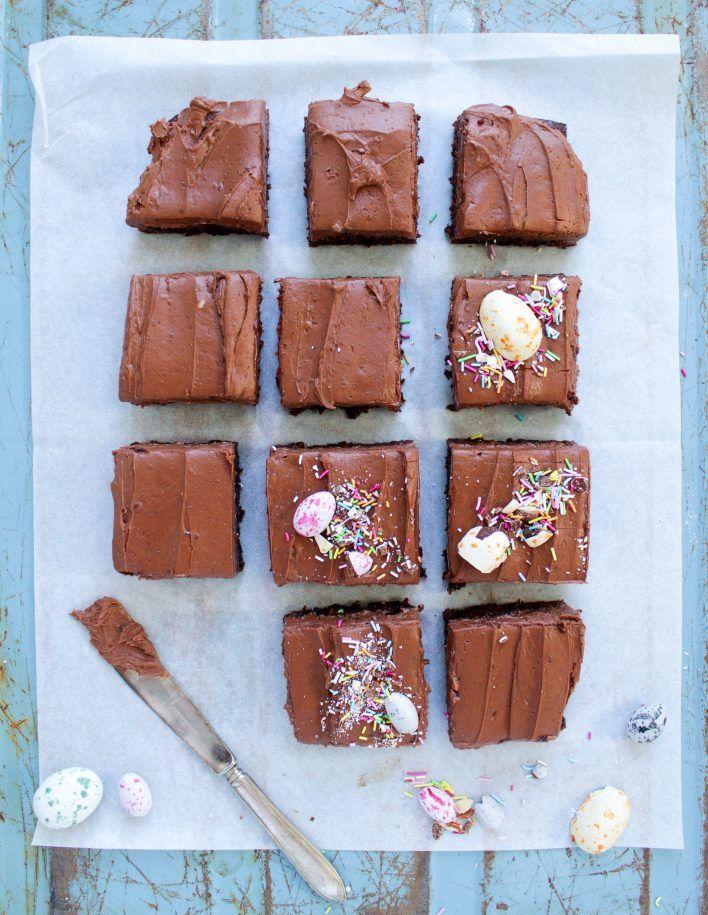 Saftiga Chokladbrownies med en len frosting av mörk choklad. En kaka som passar vid alla tillfällen, allra helst nu inför Påsk. Jag har gjort den lite