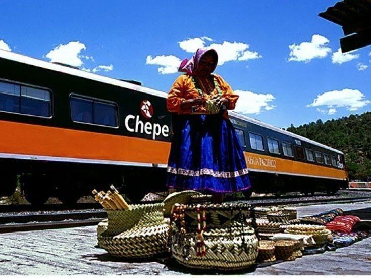 """Le El Chepe, qui relie Chihuahua à Los Mochis, au Mexique. Vous passerez du désert """"d'el norte"""" jusqu'a la côte pacifique. Un trajet qui dure 20 heures, le temps qu'il faut pour admirer un maximum de paysages, comme le canyon de la Barranca del Cobre, ou les déserts de cactus."""