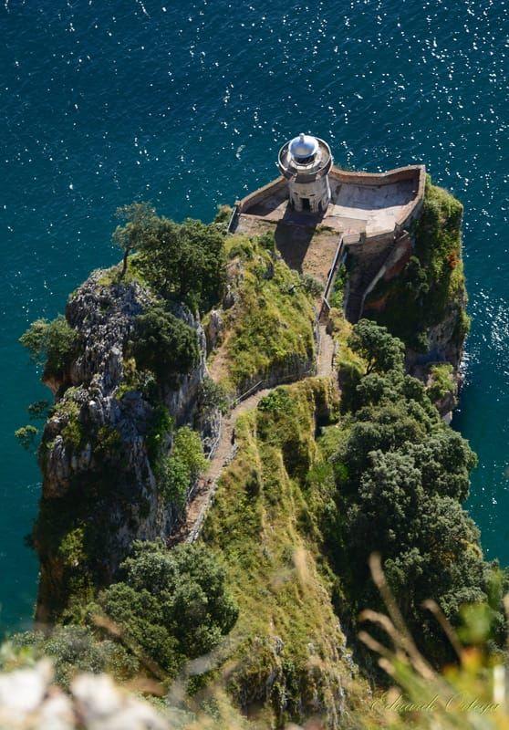 Faro del Caballo en Santoña, Cantabria España antes de bajar sus 700 escalones de mas de 25 cm. Una pasada