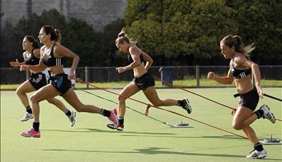 Estas son jugadores de un equipo feminino de hockey sobre hierba de Argentina. Ellas se entrenan para un partido de hockey sobre hierba. Para jugar bien necesita mantenerse en forma y queda activo.